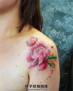 女性肩部彩色清新牡丹纹身