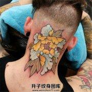 男性颈后new school牡丹纹身