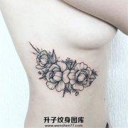 女性胸侧小清新牡丹纹身