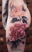 女性大腿臀部水墨牡丹纹身