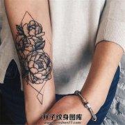 女性小臂几何图案牡丹纹身