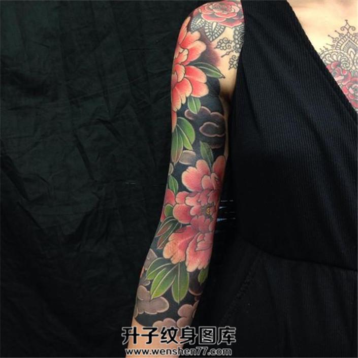 女性传统牡丹七分臂纹身