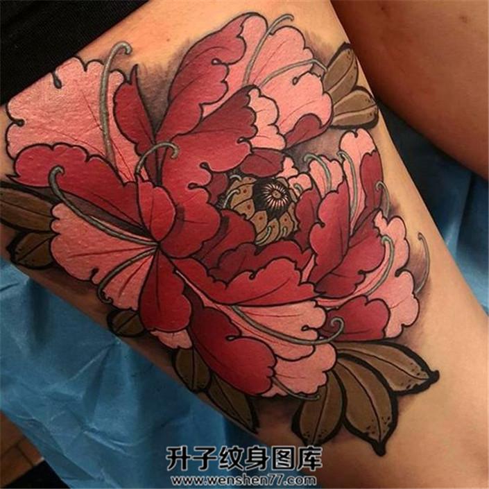 女性大腿new school牡丹纹身图案