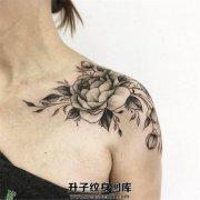 女性肩部牡丹纹身黑灰色牡丹纹身