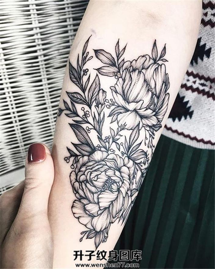 女生小臂内侧清新的牡丹花纹身