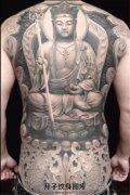 男性满背石雕佛纹身