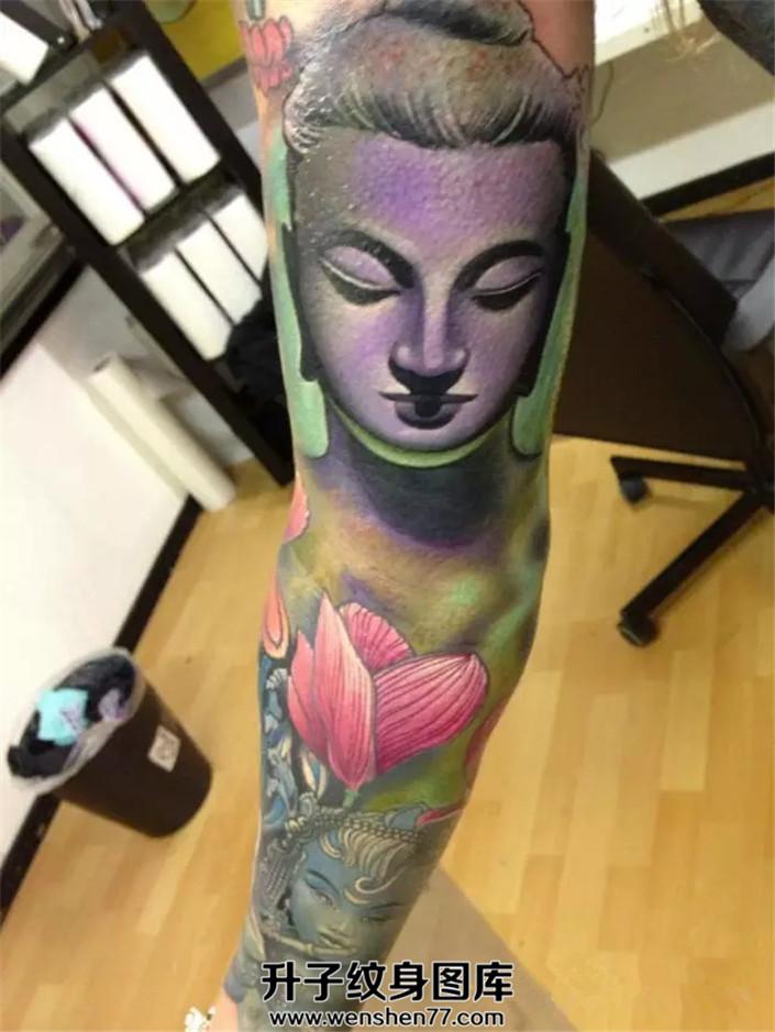 男性花臂佛纹身图案