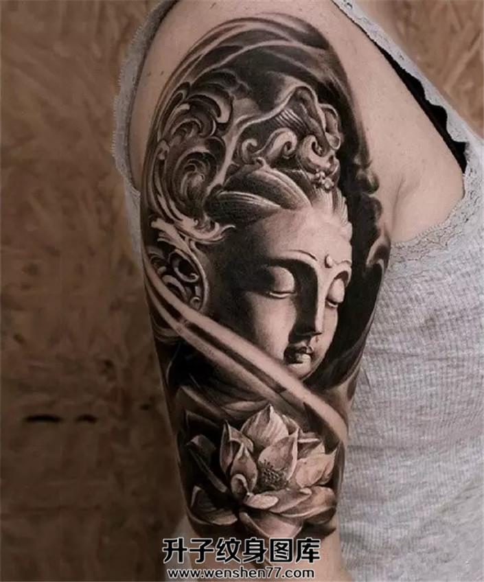 女性大臂黑灰色佛纹身