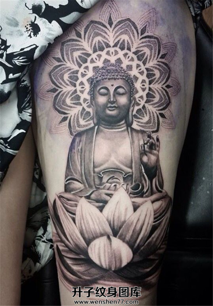女性大腿佛莲花纹身点刺佛光纹身
