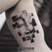 男性大臂内侧几何图形与佛结合的纹身