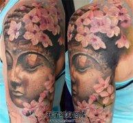 女性大臂佛樱花纹身