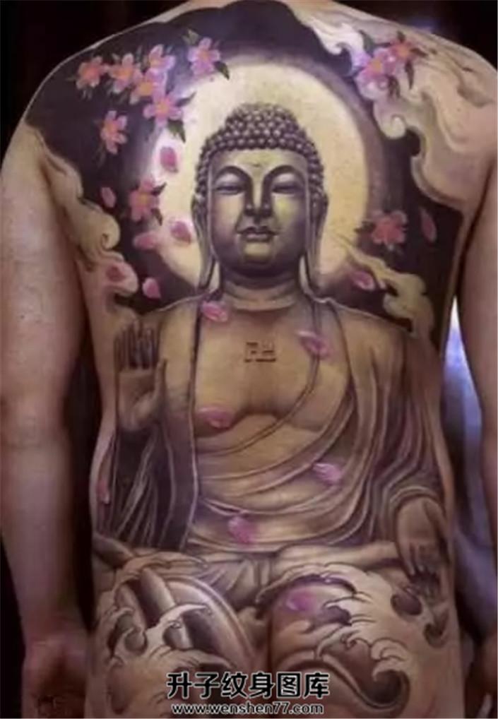 男性传统满背佛樱花纹身