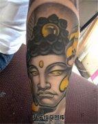 男性小臂佛纹身