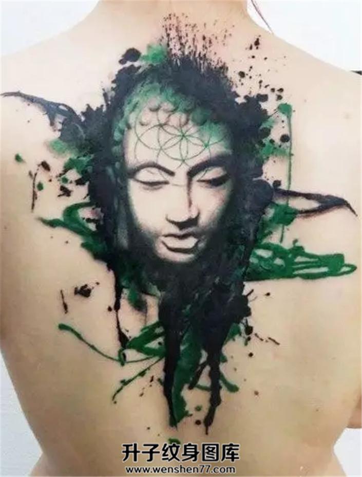 女性背部泼墨佛纹身