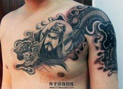 男性半甲关公龙纹身