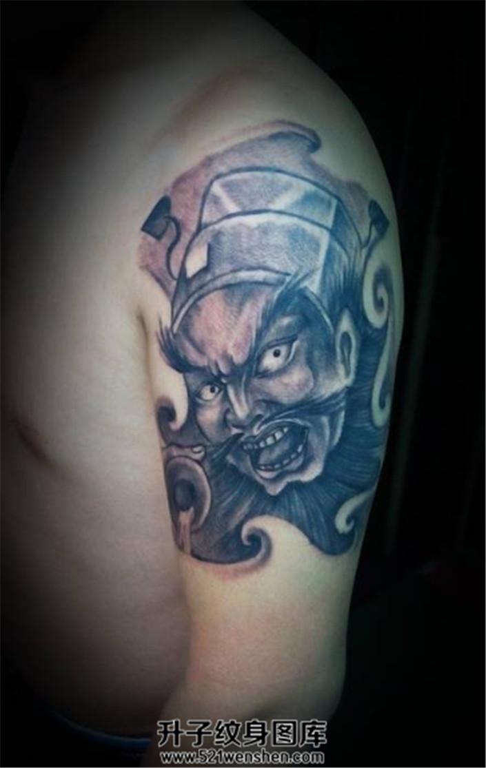 男性大臂纹身黑灰传统钟馗纹身