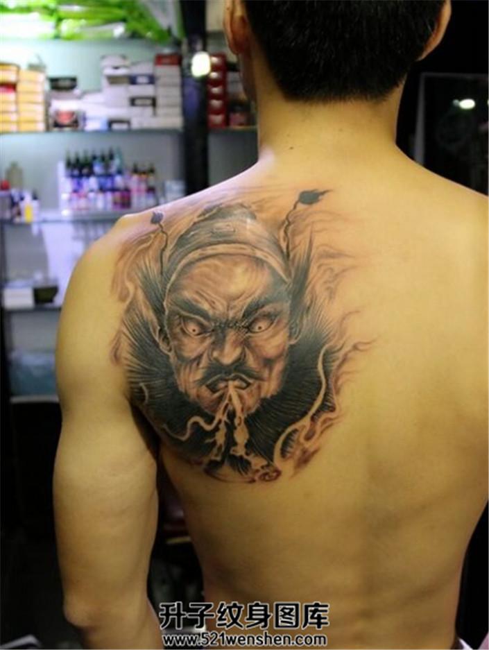 男性后肩背部纹身钟馗纹身