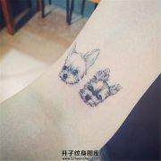 女生大臂内侧小清新的狗狗纹身
