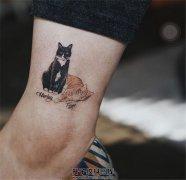 女生脚踝上的两只猫纹身