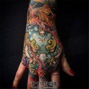 女性手背彩色传统唐狮子纹身