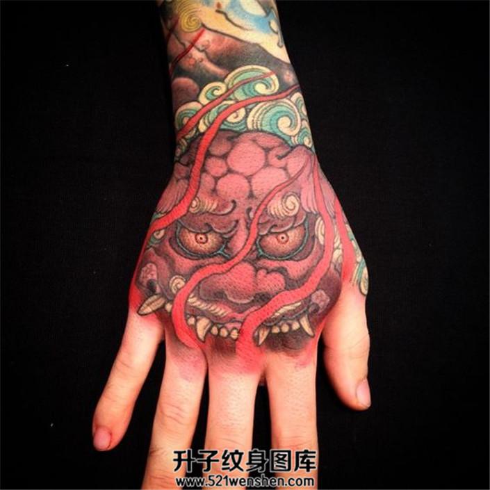 女性手背传统纹身唐狮子素材纹身