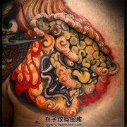 男性胸口彩色传统唐狮子纹身