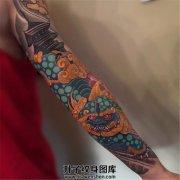 女性传统彩色唐狮子花臂纹身