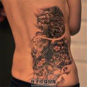 女性后腰部位传统黑灰唐狮子纹身
