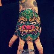 男性手背传统唐狮子纹身