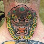 男性颈后唐狮子纹身