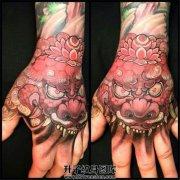 男性手背传统彩色唐狮子纹身