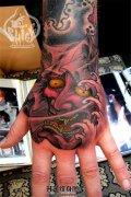 男性手背彩色传统般若纹身