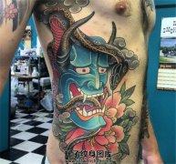 男性侧腰传统般若牡丹蛇纹身