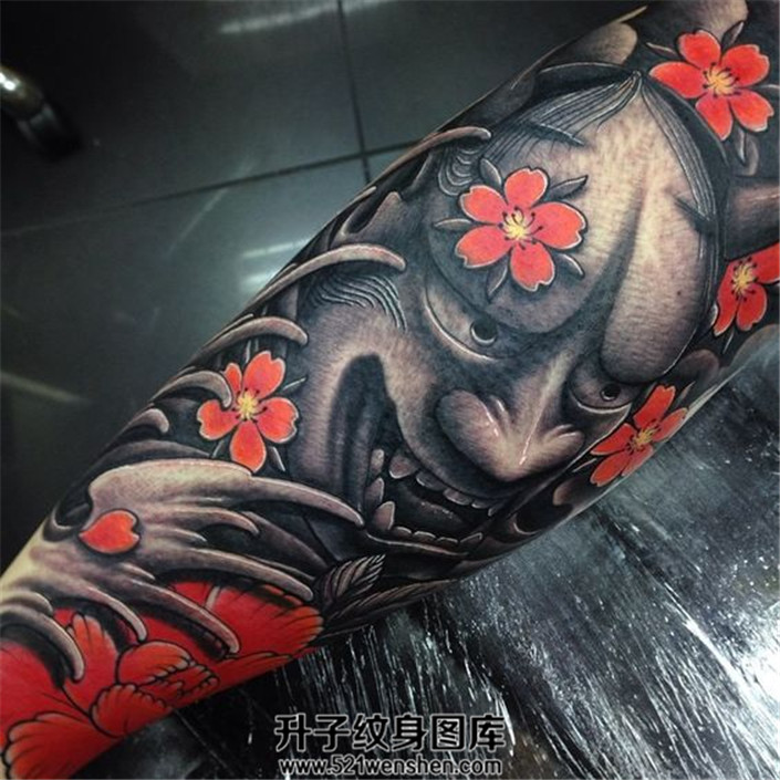 黑与红对比的小臂般若纹身