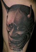 男性大臂内侧黑灰般若纹身