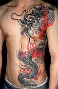 男性胸腹部的火焰龙纹身