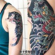 男性大臂猫纹身 一只拥有龙纹身的猫儿