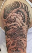 男性大臂龙纹身云雾中的龙纹身