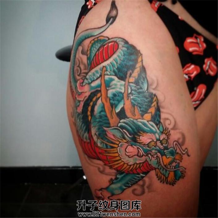女性大腿龙纹身