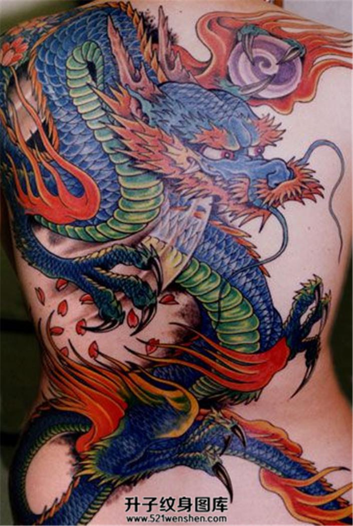 色彩鲜艳的背部龙纹身