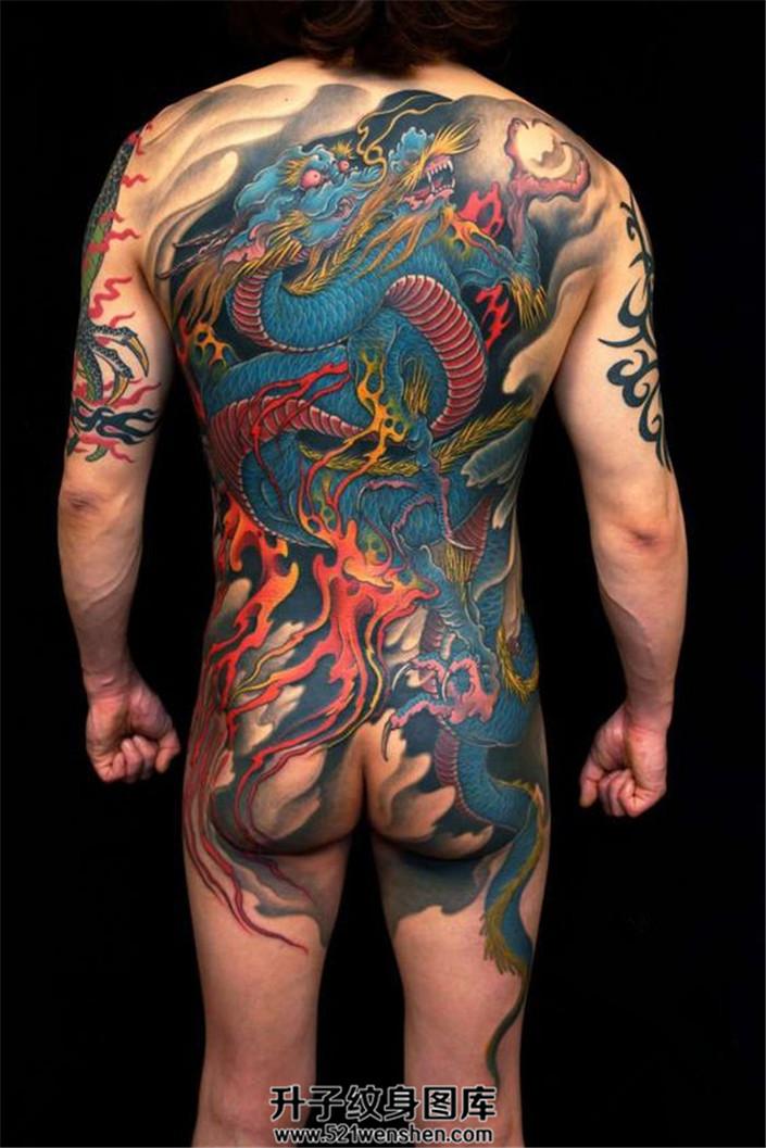 男性满背传统龙纹身
