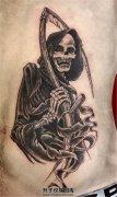 男性腹部死神纹身