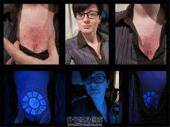 女性胸口荧光纹身