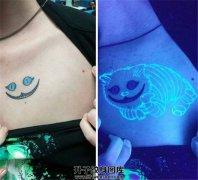 女性胸口荧光柴郡猫纹身