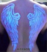 女性背部荧光翅膀纹身