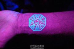 男性手腕荧光八卦纹身