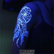 女性大臂荧光捕梦网纹身