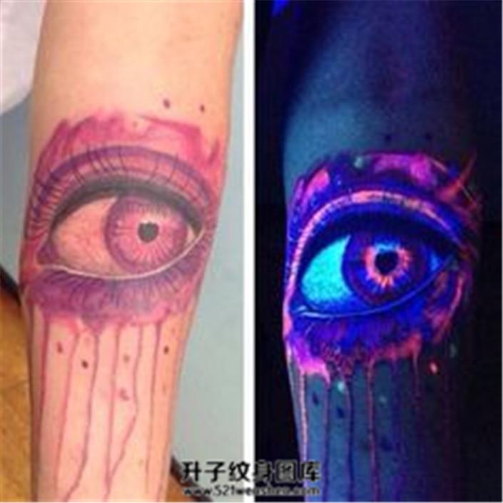 男性小臂荧光眼睛纹身