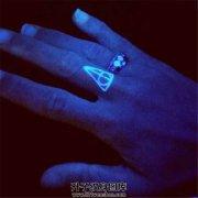 女性手指荧光纹身