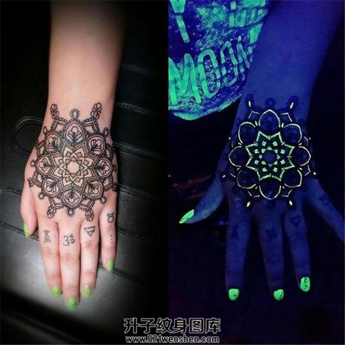 女生手背个性的荧光梵花纹身